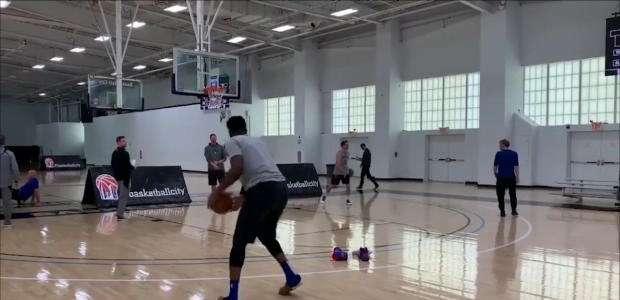 NBA: Numa boa! Embiid treina de sandália, e manda bem!