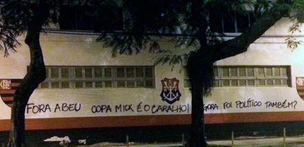 """Muro da Gávea volta a ser pichado com ironia: """"Copa Mick"""""""