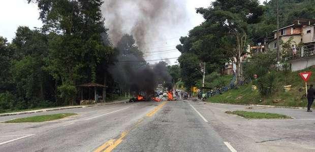 Corpo é estendido em rodovia durante protesto em Angra
