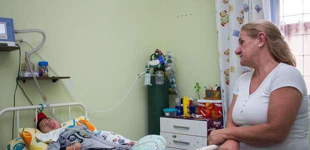 A tocante história da enfermeira que adotou garoto com ...