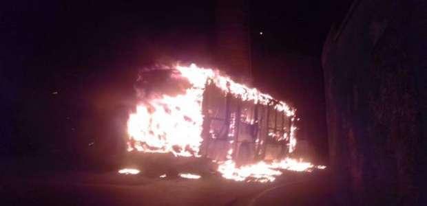 Criminosos fazem motorista refém e incendeiam ônibus em Poá