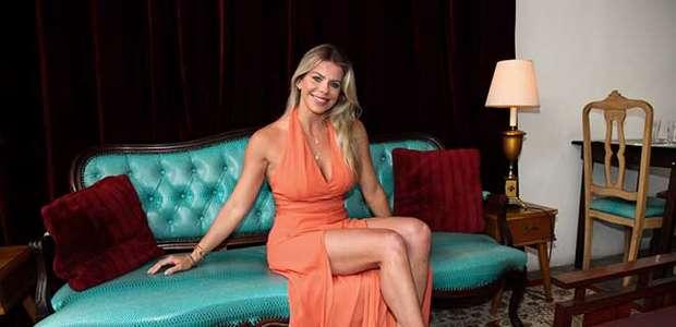 Karina Bacchi arrasa na fenda para lançamento de programa
