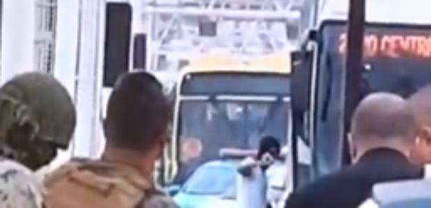 Vídeo mostra momento em que sequestrador é baleado no Rio