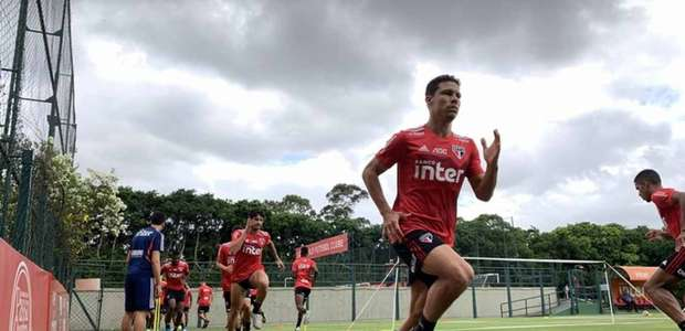 São Paulo treina no CT e viaja para dois jogos em Araraquara