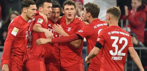 Lewandowski marca, Bayern goleia e se cola no líder Leipzig