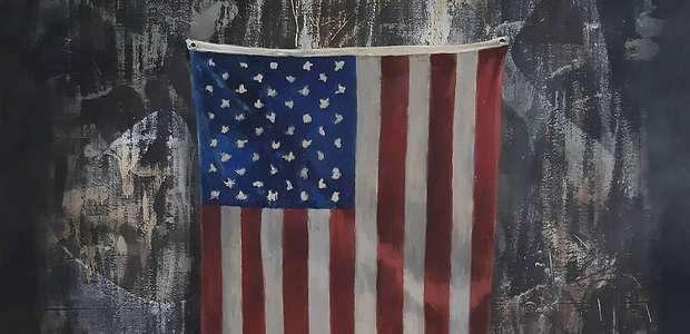 Banksy pinta bandeira dos EUA em chamas em tributo a Floyd