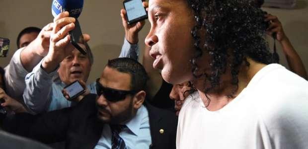 Leonardo diz que Ronaldinho é inocente e apela a autoridades
