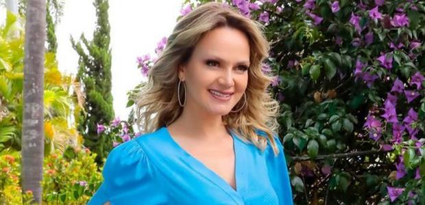Eliana exibe vestido azul com truques ideais para baixinhas