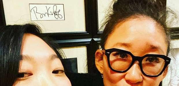 Sandra Oh e Awkwafina serão irmãs em comédia da Netflix