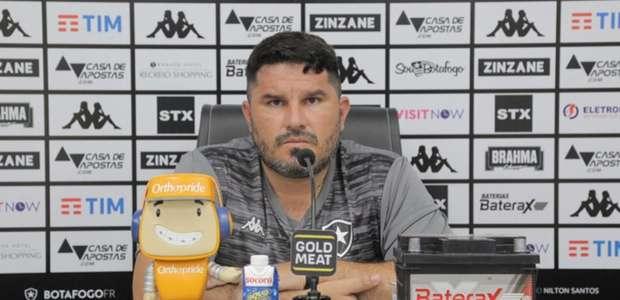 Eduardo Barroca, do Botafogo, testa positivo para a covid-19