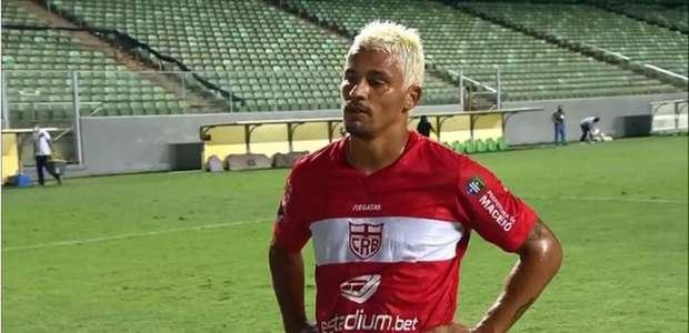 Volante do CRB, Olívio celebra goleada da equipe na Série B