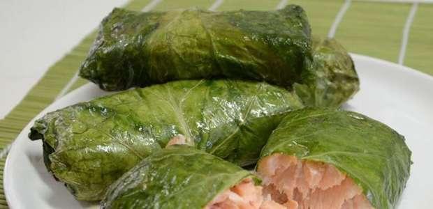 Envelope de couve e salmão saboroso e nutritivo