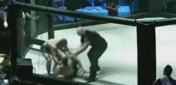 Lutador de MMA socorre rival após aplicar guilhotina