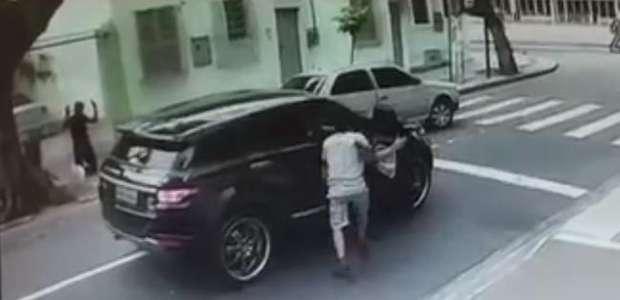 Vídeo mostra bandidos rendendo goleiro do Botafogo no Rio