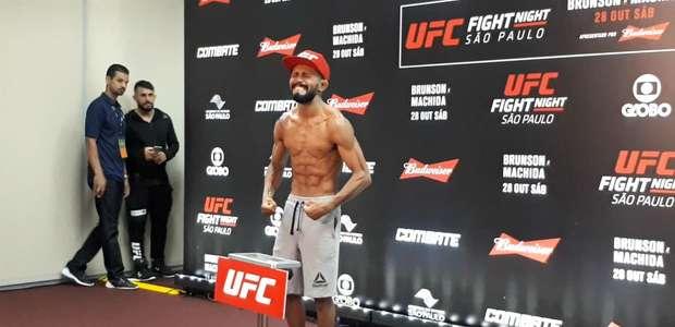 Lutador brasileiro chora em pesagem oficial do UFC São Paulo