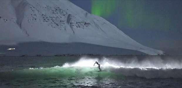 Surfistas enfrentam água gelada e surfam sob aurora boreal na Islândia