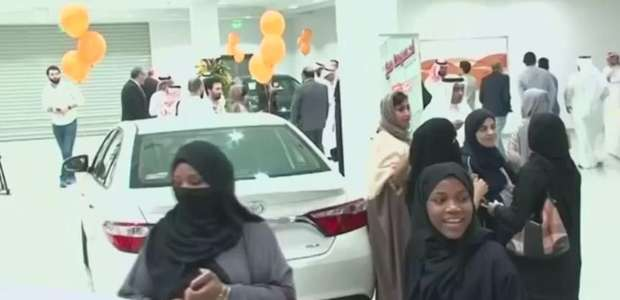 Mulheres sauditas lotam feira automóveis só para elas