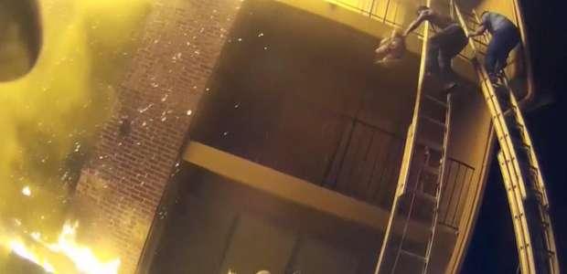 Bombeiro agarra criança jogada de edifício em chamas