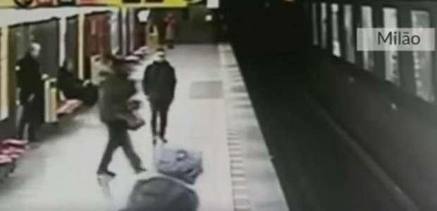 Adolescente italiano resgata criança de trilhos do metrô