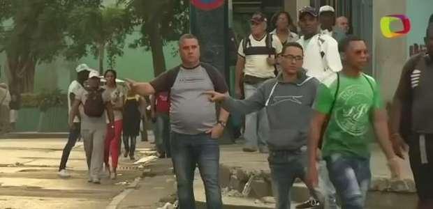 Gestos de beisebol facilitam compartilhamento de táxis em Cuba