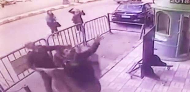 O momento em que policial pega criança que caiu de 3º andar
