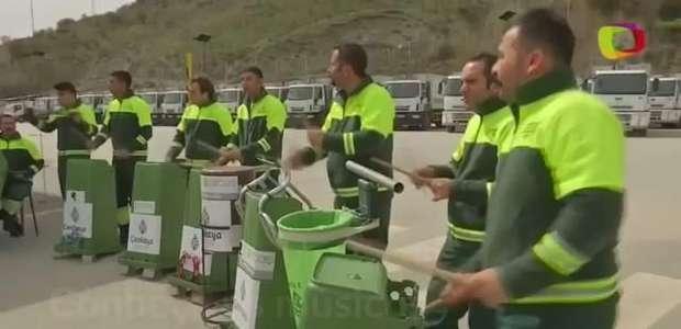 Lixeiros fazem música usando latas de lixo e vassouras