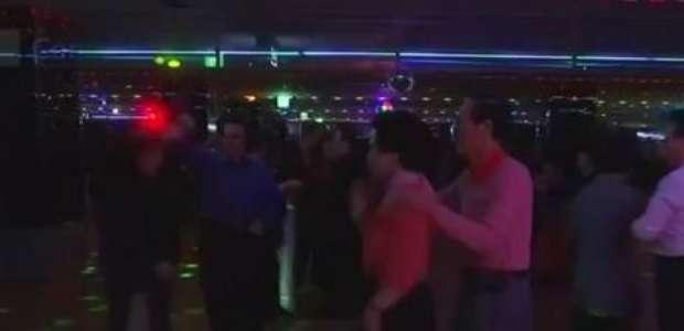 Idosos se divertem em discotecas diurnas na Coreia do Sul