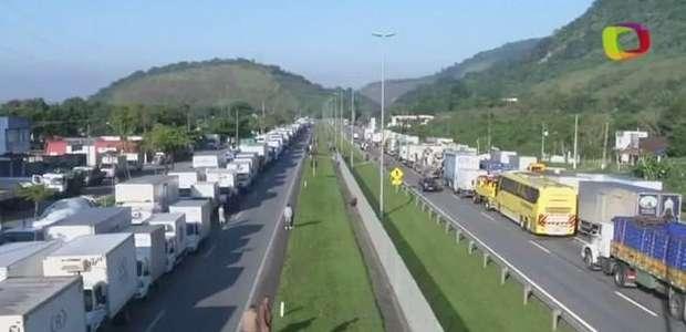 Terceiro dia de protestos de caminhoneiros gera transtornos