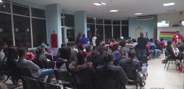 UPA Veneza fica lotada e pacientes criticam demora no atendimento