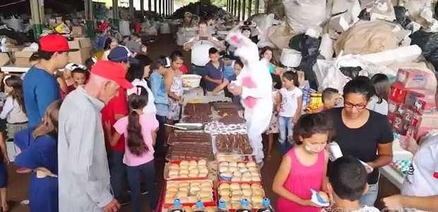 Filhos de cooperados da Cootacar recebem cestas de Páscoa