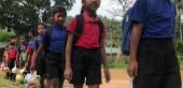 A escola onde crianças pagam mensalidade com plástico que poluía o ambiente