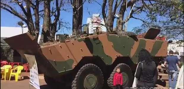 Crianças participam de desafios em Exposição do exército em Cascavel
