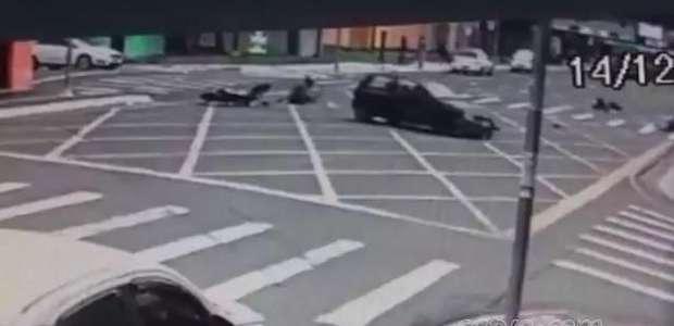 Câmera flagra batida entre carro e motos em Ponta Grossa