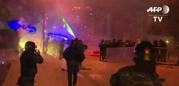 Manifestantes usam fogos de artifício contra polícia no Líbano