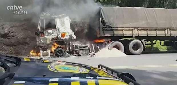 Caminhão com placas de Cascavel pega fogo na BR 277, em Guarapuava