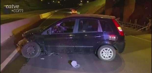 Condutor de carro atinge mureta que divide pistas na PRC 467