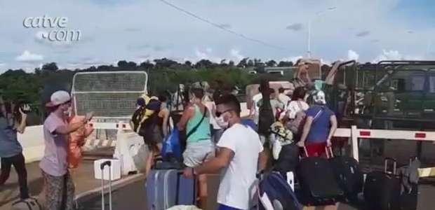Argentinos que estavam acampados na fronteira conseguem ingressar no país