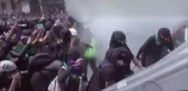 Mulheres pró aborto e policiais se enfrentam no México