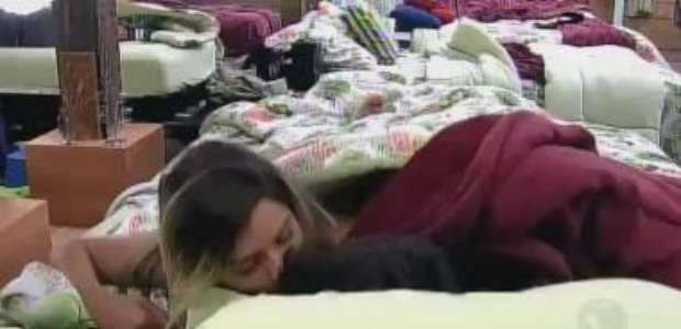 Love is in the air! Thiago e Ana Paula namoram no edredon