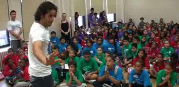 Actores de Broadway comparten experiencias con niños hispanos