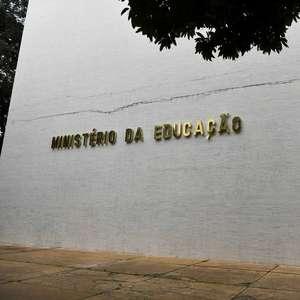 Bolsonaro adia decisão sobre MEC e candidatos buscam apoio
