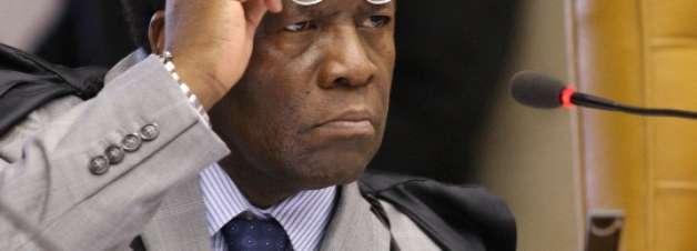 Joaquim Barbosa renuncia à relatoria do processo do mensalão