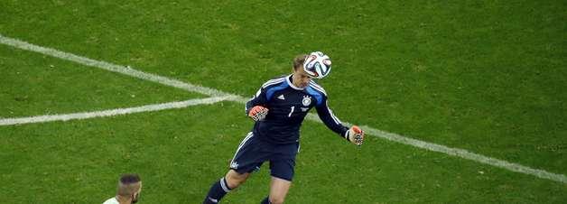 """Líbero e lançador, """"goleiro-linha"""" Neuer brilha sem milagres"""