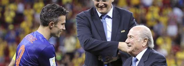 Van Persie dá medalha a fã, mas exalta experiência no Brasil