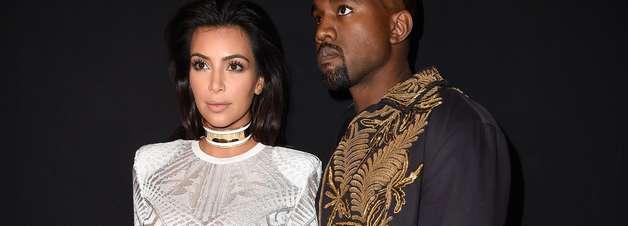 """Para ir a desfile, Kim Kardashian exagera com """"coleira"""""""