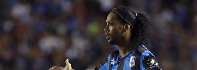 """Ronaldinho reclama de substituição e """"movimenta"""" Querétaro"""