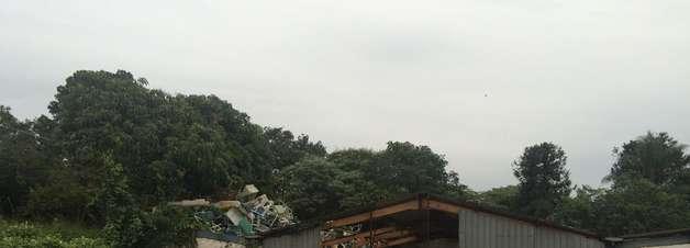 """vc repórter: área com obra não iniciada vira """"lixão"""" em SP"""