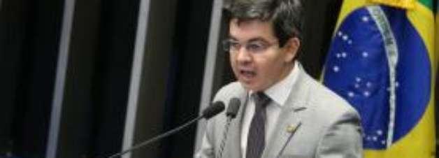 Randolfe Rodrigues passa mal durante sessão do impeachment