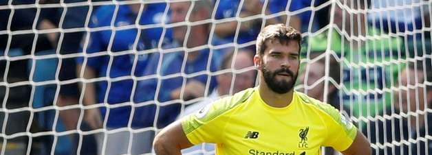 Falha de Alisson e gol de Firmino: Liverpool vence e lidera