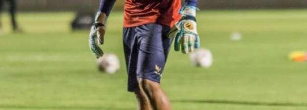 Próximo de encerrar contrato, Marcos assume meta do Paraná e se destaca